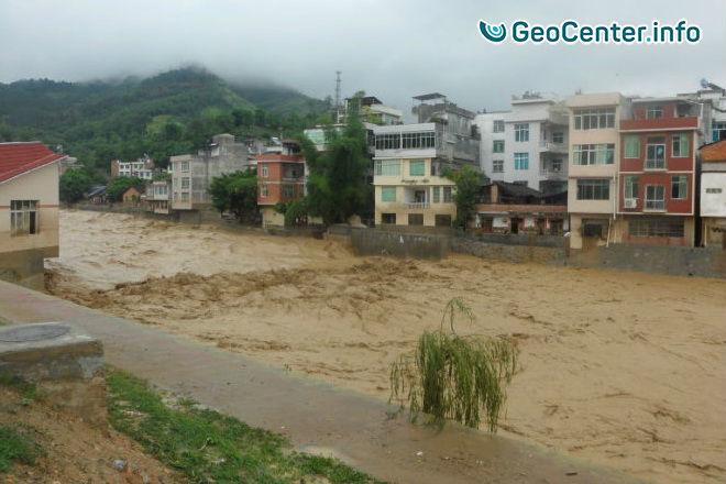 Наводнения и крупный оползень на юго-западе Китая, июнь 2017