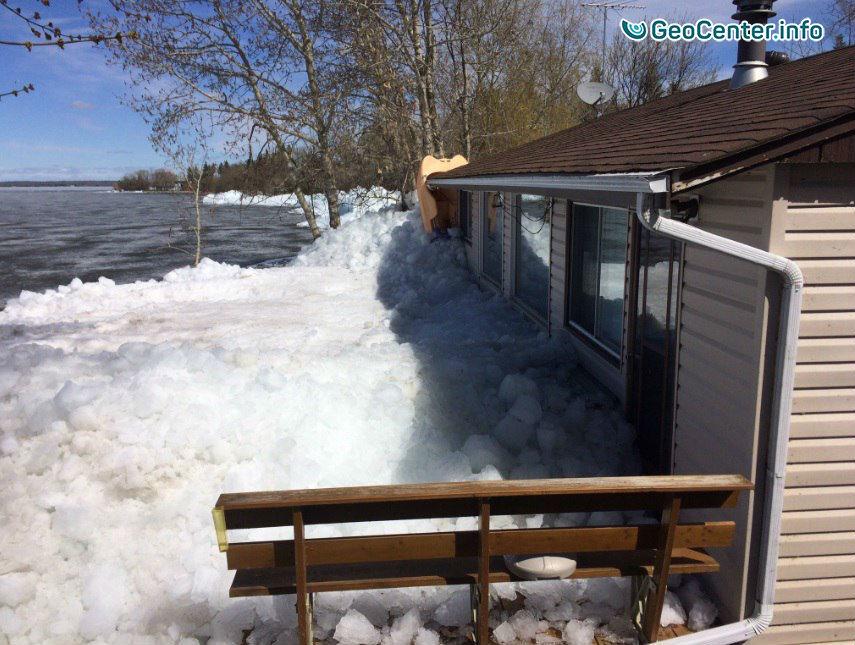 Груды льда вынес  сильный ветер в канадском городе Альберта-Бич, май 2017