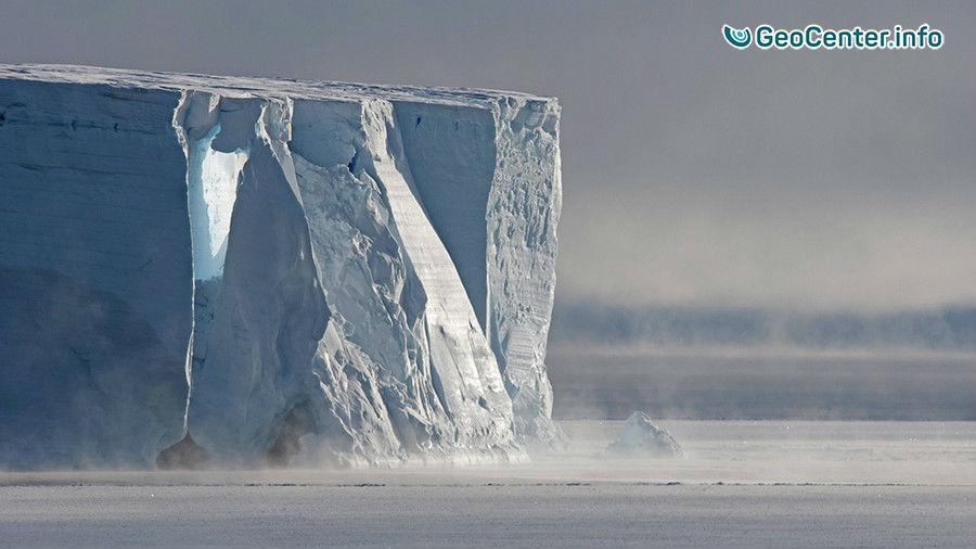 Громадный айсберг откололся от Антарктиды, июль 2017
