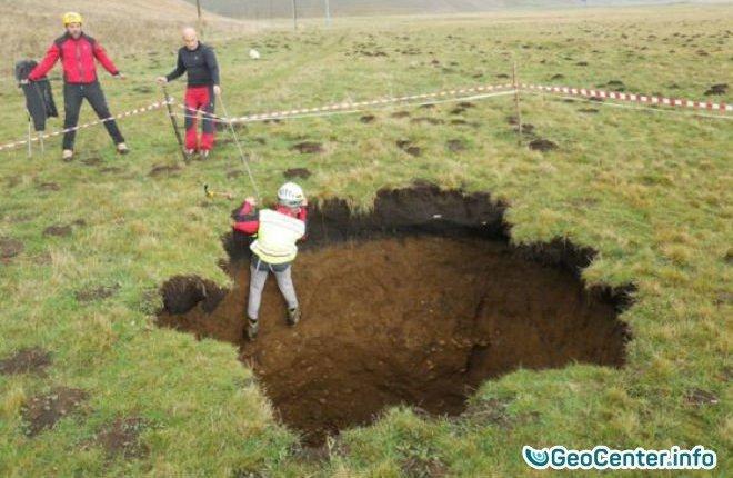 Последствия землетрясений в Италии: гигантская воронка