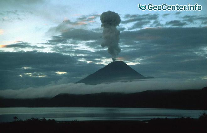 Вулкан Карымский на Камчатке изверг столб пепла на высоту до 3000 м, 4 июня 2017