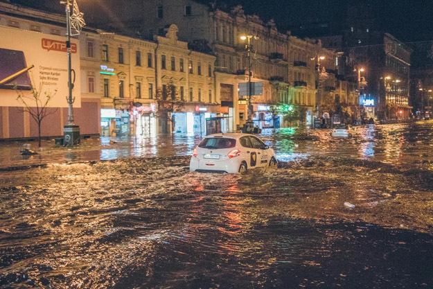 Последствия ночной грозы в Киеве (Украина), август 2018 г.