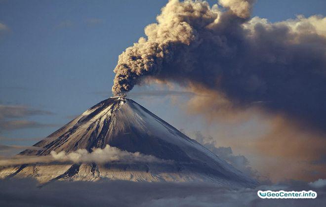 Вулкан Ключевской выбросил шестикилометровый столб пепла