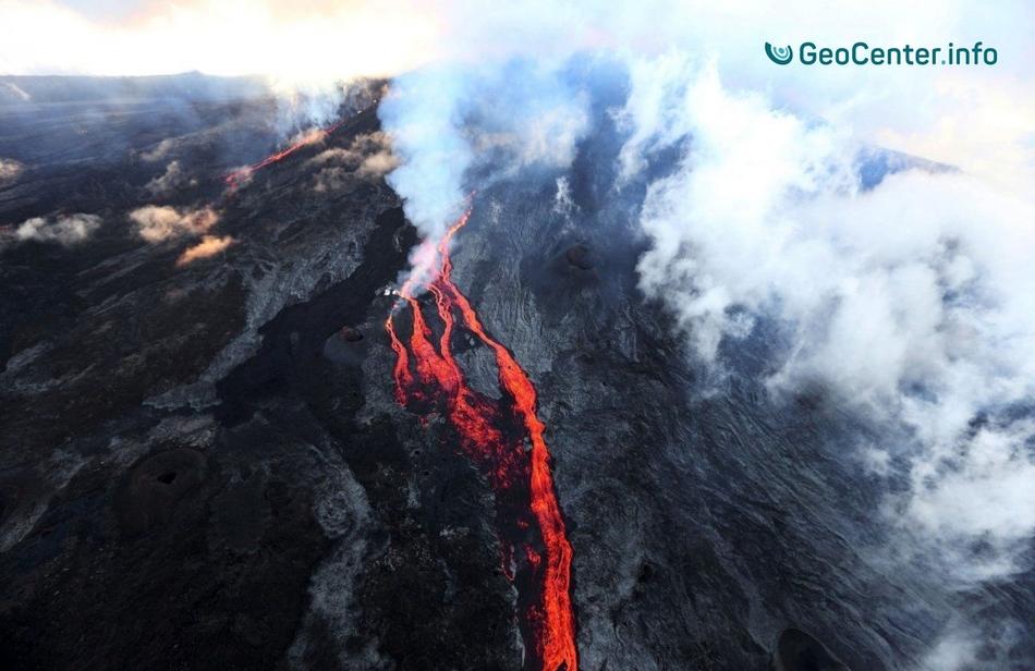 На приморском острове Франции проснулся вулкан Питон-де-ла-Фурнез