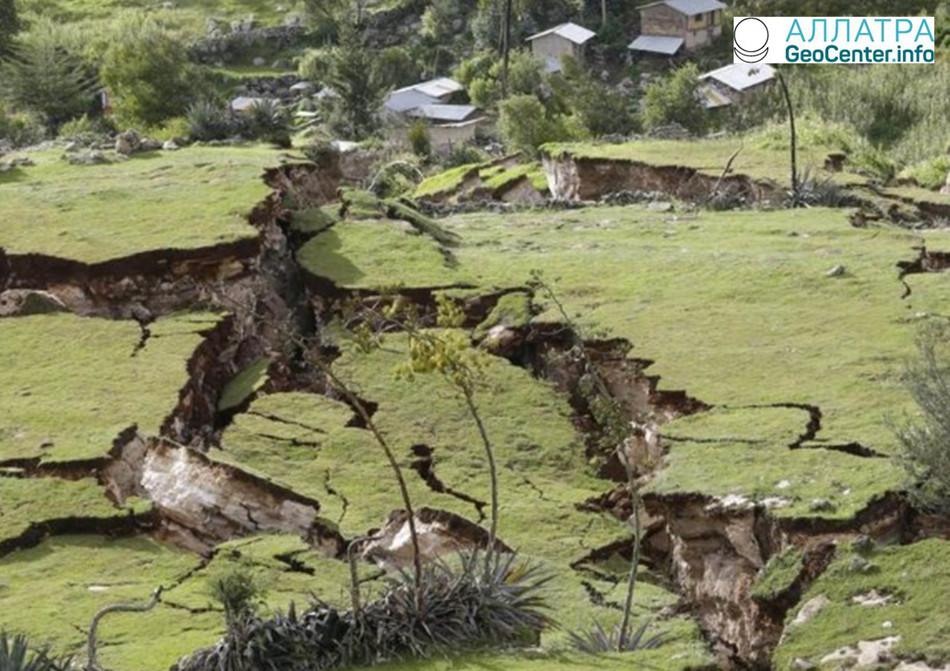 Огромные разломы земли на юго-востоке Перу, февраль-март 2018 г.