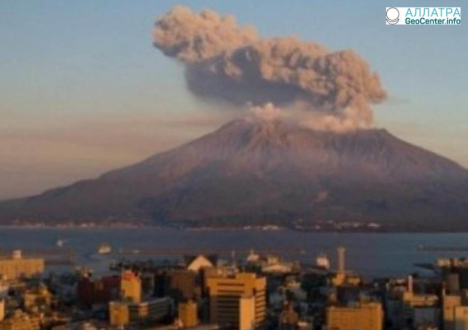 В Японии зафиксировано извержение вулкана Симмоэ, март 2018 года