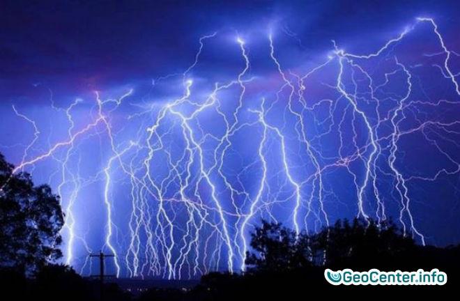 Ученые наблюдали 100 тысяч разрядов молний на протяжении ночи, Великобритания