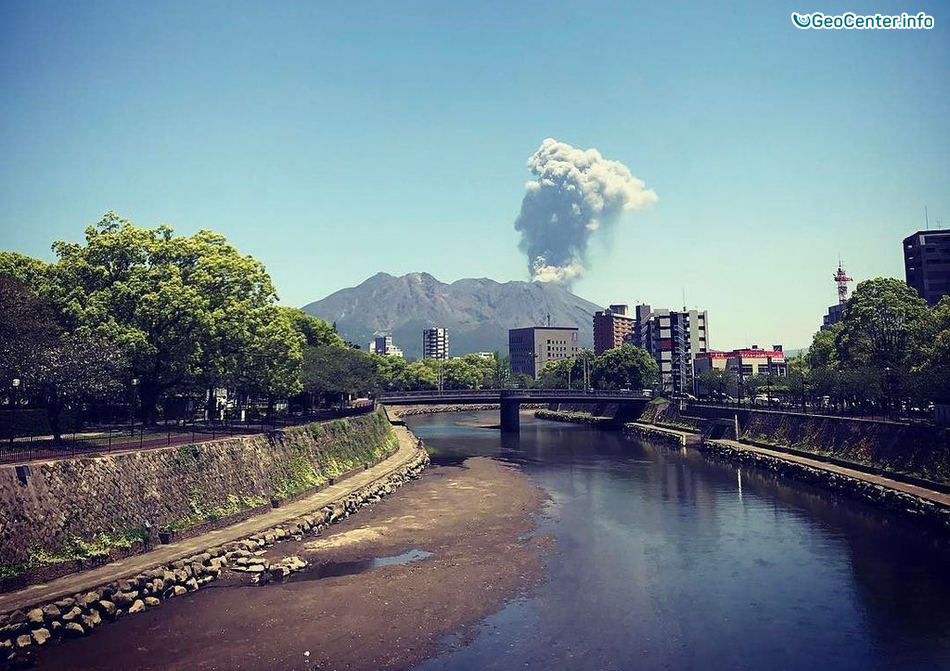 Вулкан Сакурадзима в Японии выбросил столб пепла, апрель 2017