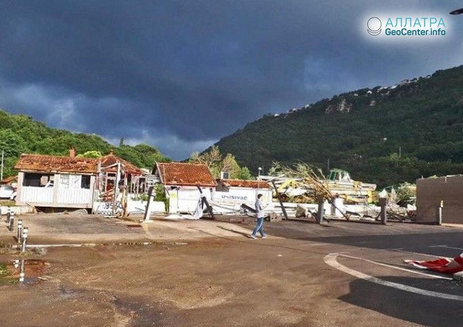 Сильный ураганный ветер и дождь на курортах Адриатического моря, июнь 2018.