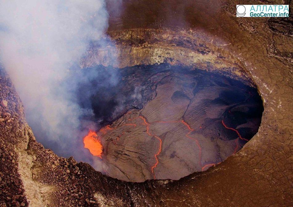 Обвал стенки кратера Халемаумау на вулкане Килауэа, Гавайи, 6 апреля 2018 года
