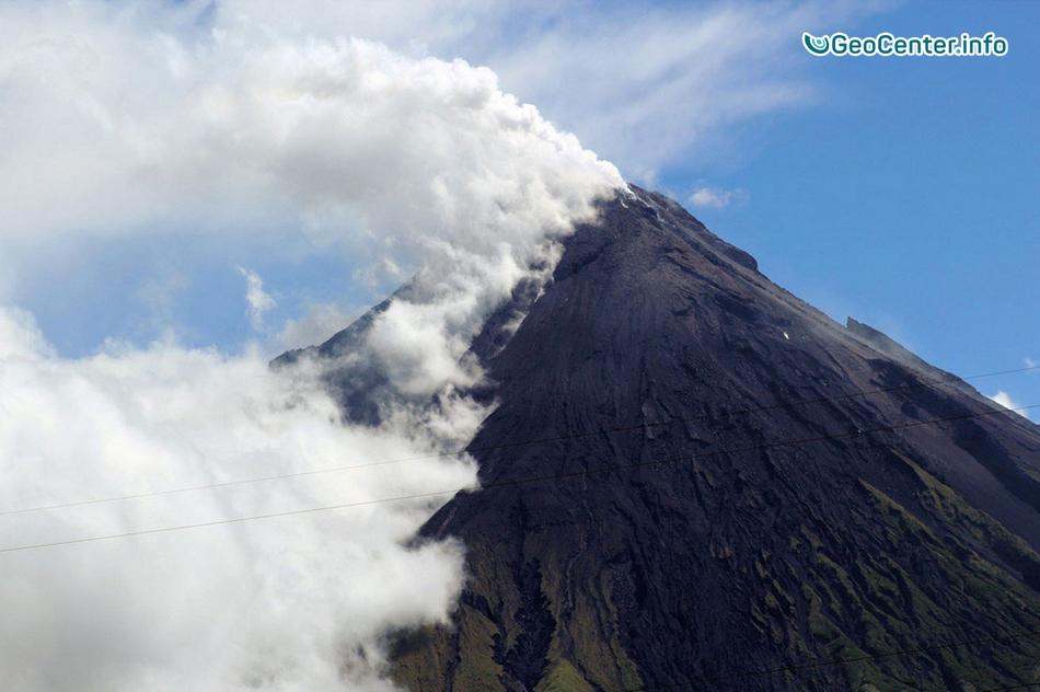 В двух городах возле вулкана Майон объявлен режим стихийного бедствия