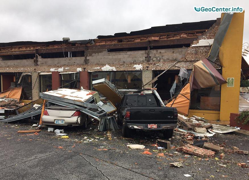 Последствие торнадо в городе Талса штат Оклахома (США), август 2017 года
