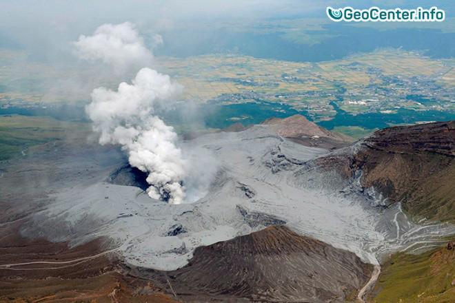 В Японии извергается вулкан Асо