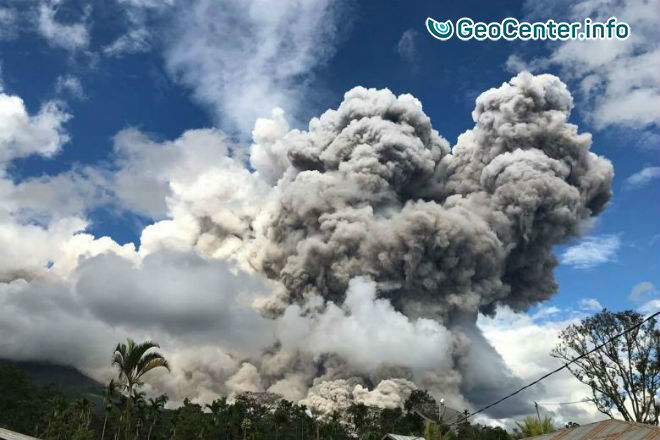 Мощное извержение вулкана Синабунг в Индонезии, 27 декабря 2017