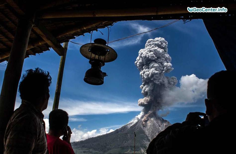 Извержение вулкана Синабунг в Индонезии, август 2017 года