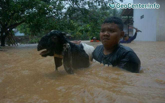 Наводнения и оползни на индонезийском острове Ява, ноябрь 2017