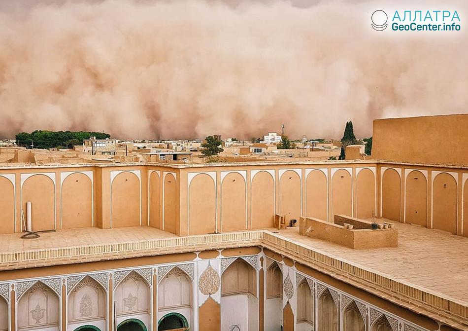 Песчаная буря в г. Йезд, Иран, апрель 2018 г.