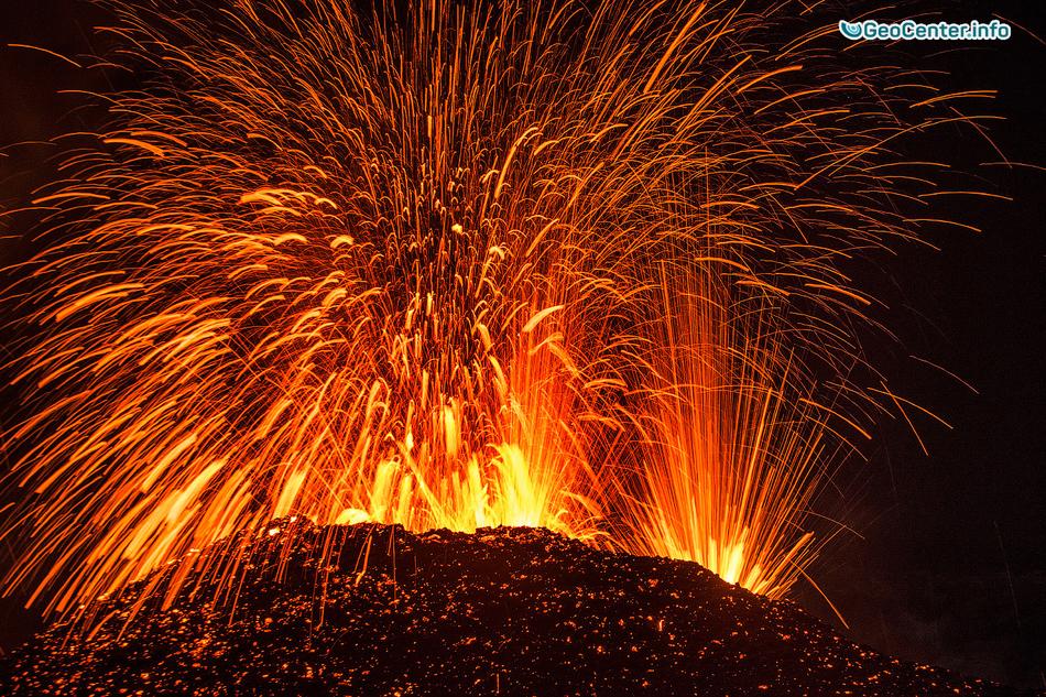 Извержение вулкана Питон-де-ла-Фурнез в сентябре 2016 года