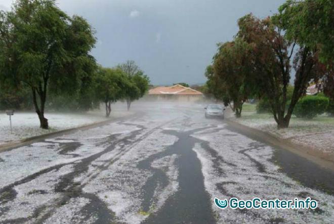 Мощный шторм с крупным градом накрыл город Паркс в Австралии