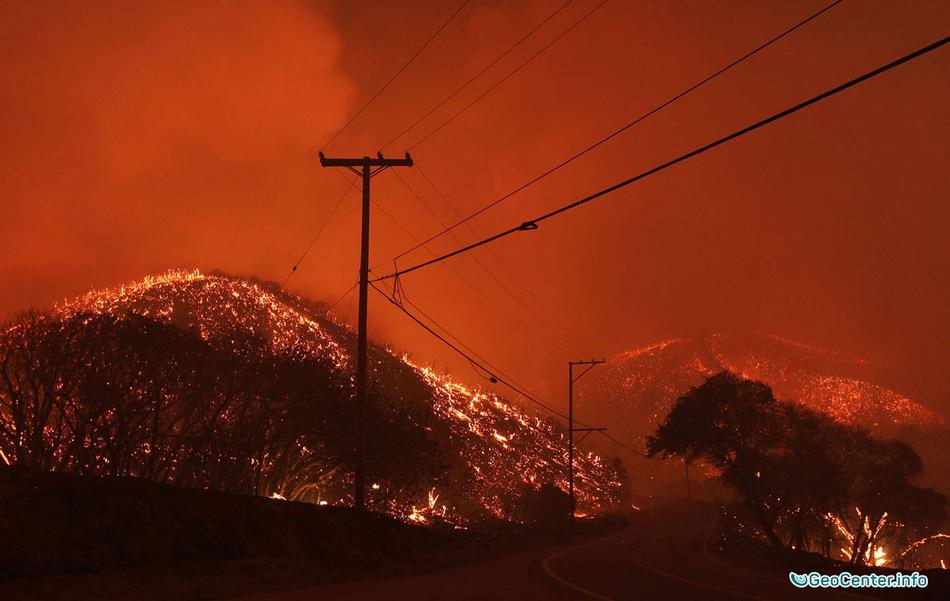 Неугасающие лесные пожары в Калифорнии (США)