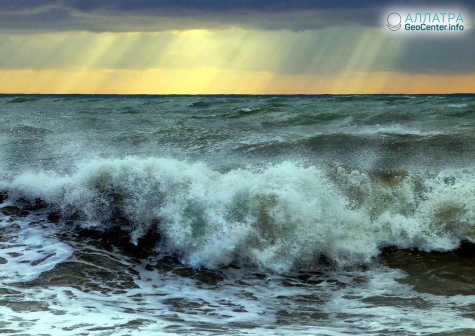 Штормы в Черном море стали происходить чаще, апрель 2018