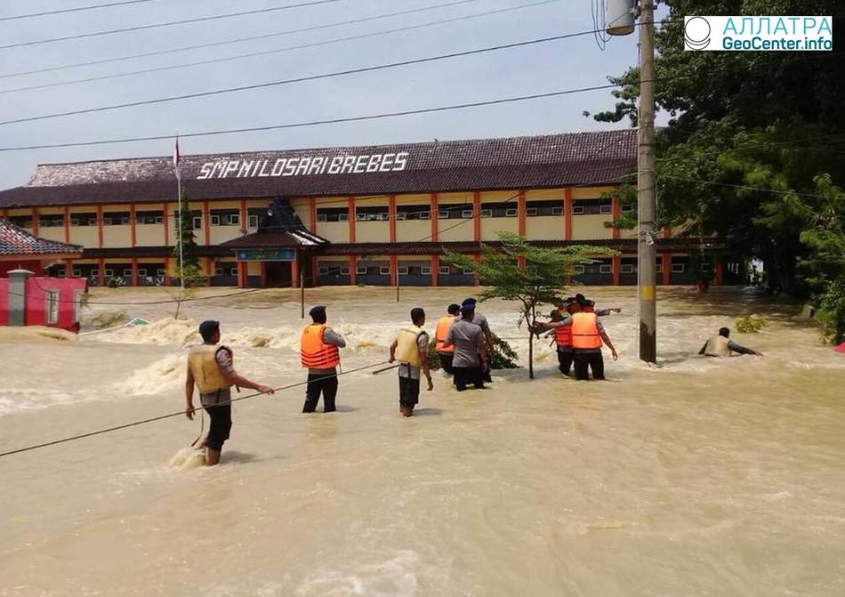 Оползни и наводнения в Индонезии, февраль 2018 г.