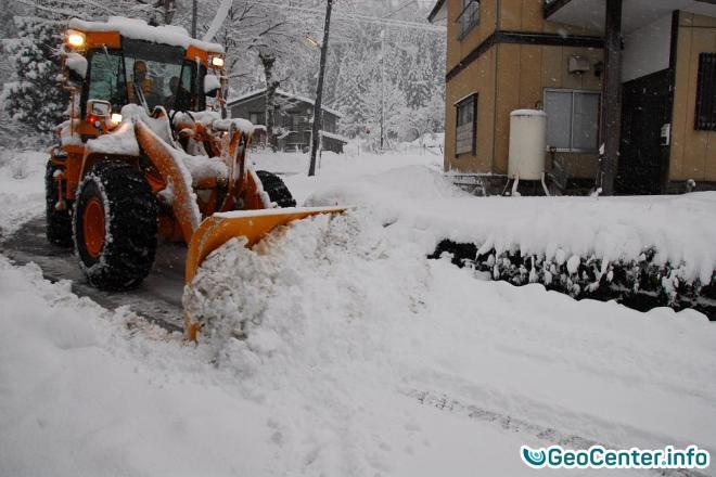 Западное побережье Японии замело снегом