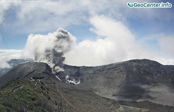 В Коста-Рике вулкан Турриальба выбрасывает мощные столбы пепла