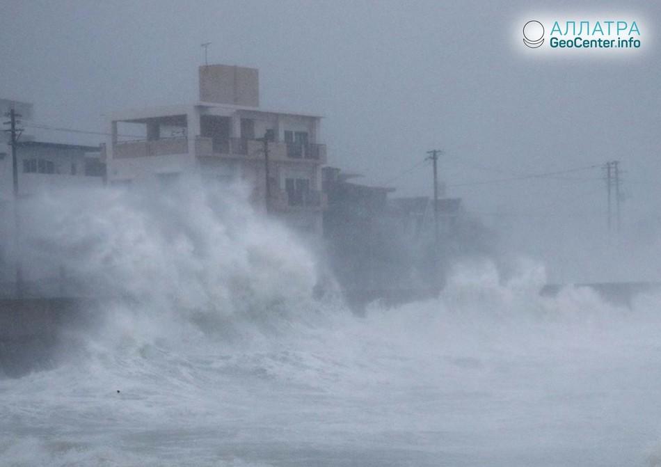"""Тайфун"""" Трами"""" обрушился на Японию, сентябрь 2018 г."""
