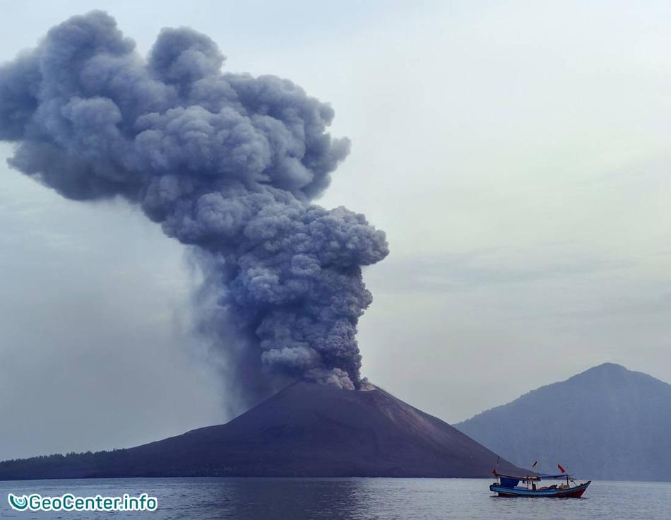 Извержение вулкана Чикурачки на Курильских островах в июле 2016.