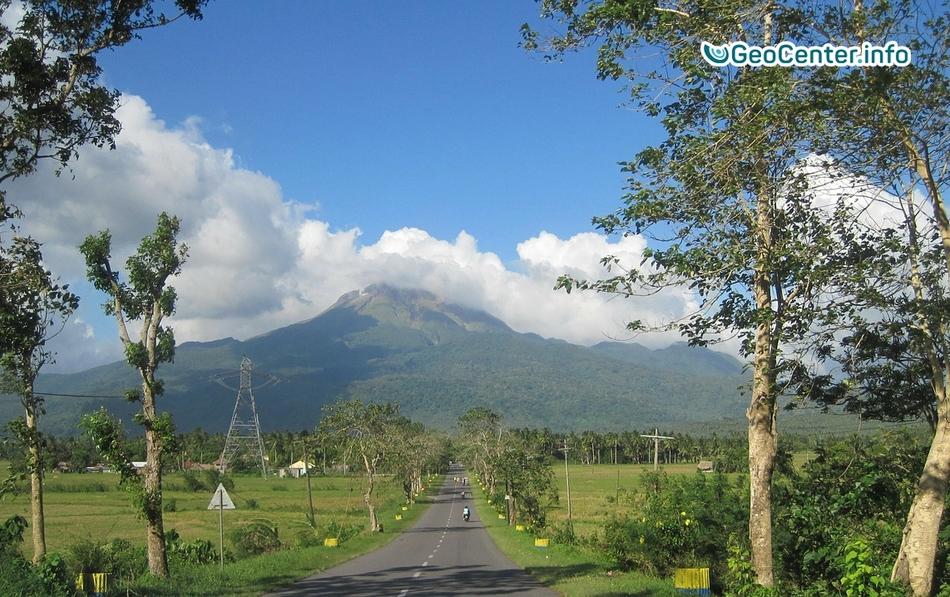 Очередной паровой выброс на вулкане Булузан, Филиппины