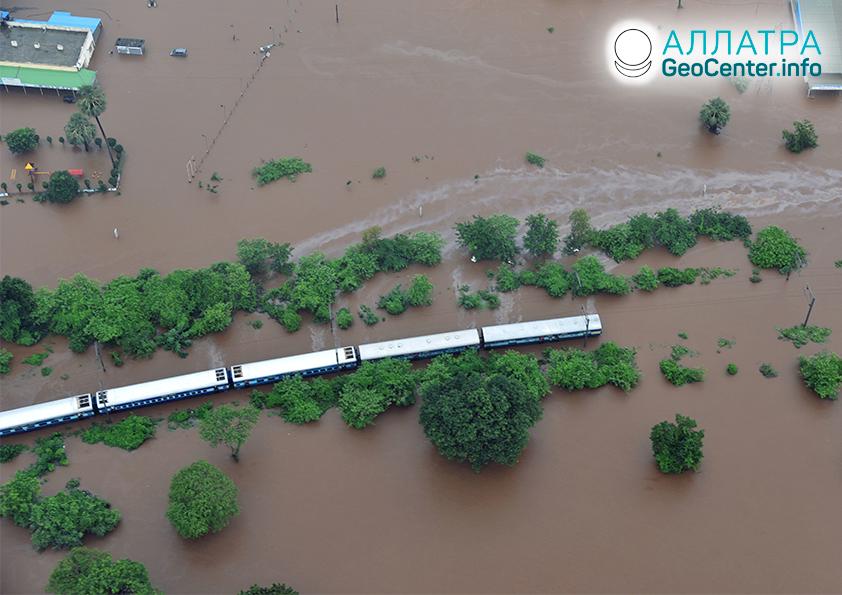 В Индии поезд попал в водяную ловушку, июль 2019