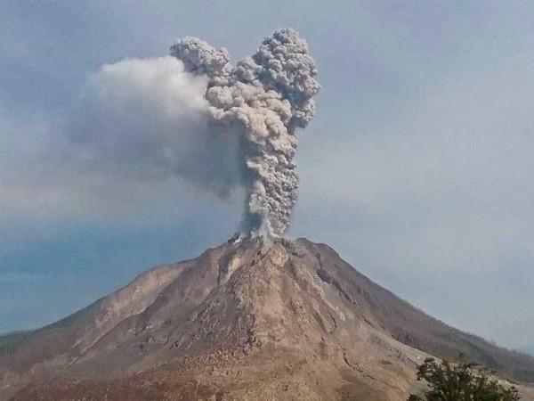 Извержение вулкана Синабунг в Малайзии