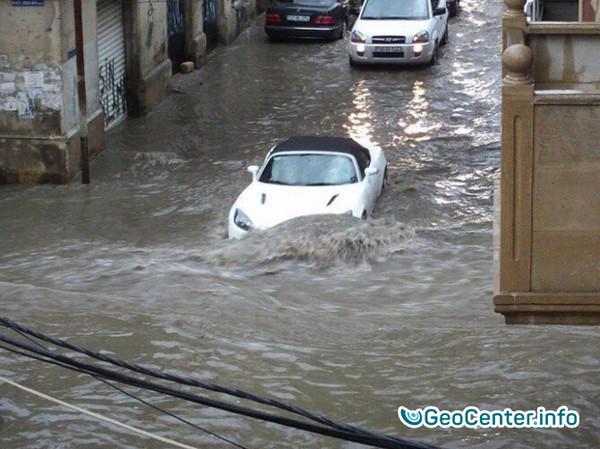 Сильнейшие дожди затопили город Баку в Азербайджане