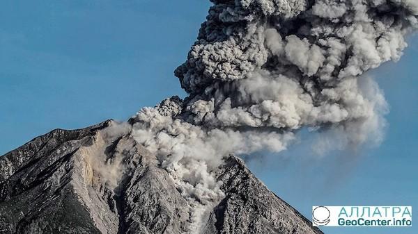 Проснулся вулкан Ключевской на Камчатке, Россия, май 2018 г.
