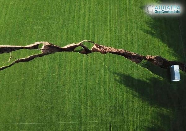 Огромные трещины на полях ирландского графства Монахан, сентябрь 2018 г.