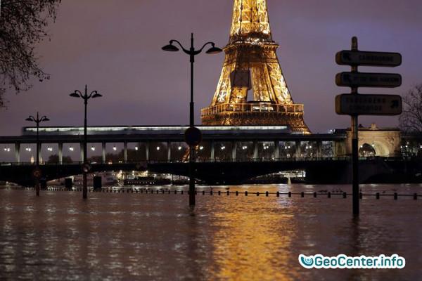 Париж превратился в озеро! Музеи спасают экспонаты