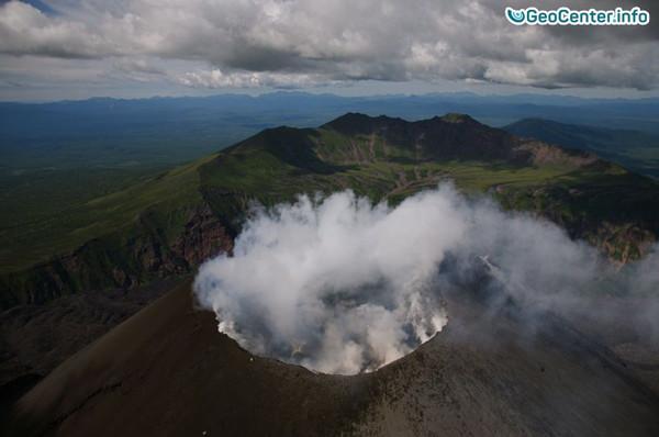 Продолжается  извержение вулкана Эбеко на Курильских островах