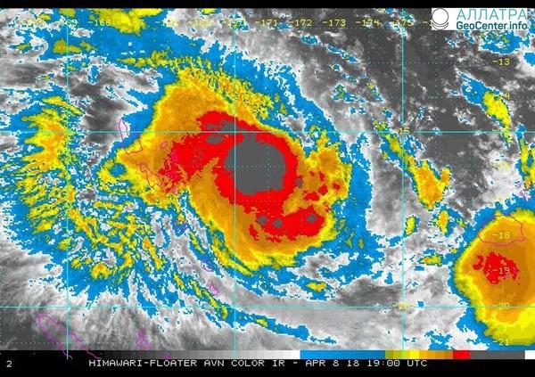 """Тропический циклон """"Кени"""" движется на Фиджи, 8 апреля 2018 года"""