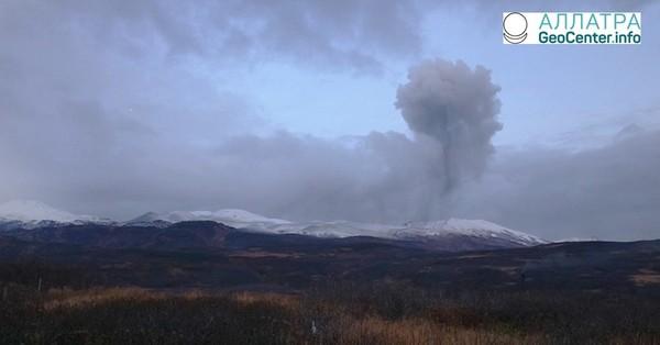 Вулкан Эбеко выбросил столб пепла, апрель 2018 г.