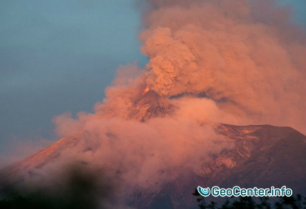 Пеплопады из вулкана Фуэго в Гватемале