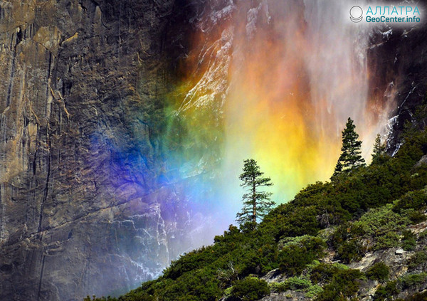 Радужный водопад Национального парка Йосемити (США)