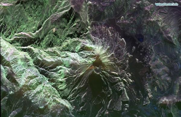 Наблюдение за вулканом Убинас в Перу, Южная Америка