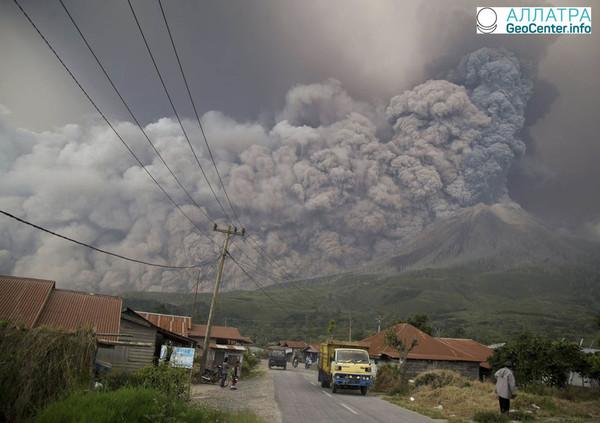 Вулкан Синабунг засыпал пеплом несколько поселков, Индонезия, 19 февраля 2018 года