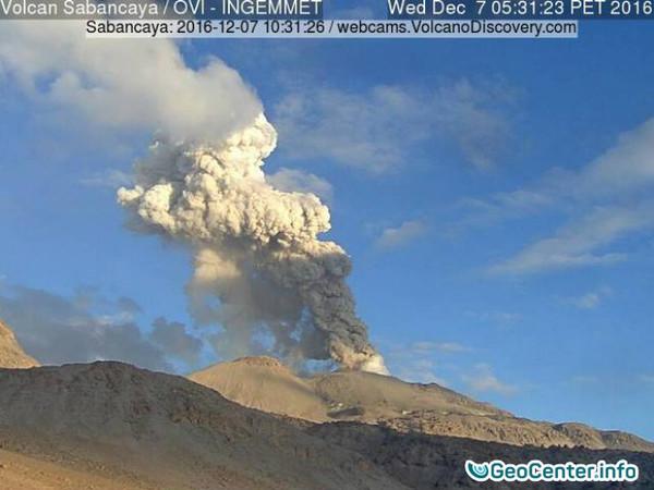 Вулкан Сабанкая в Перу взорвался 349 раз за неделю