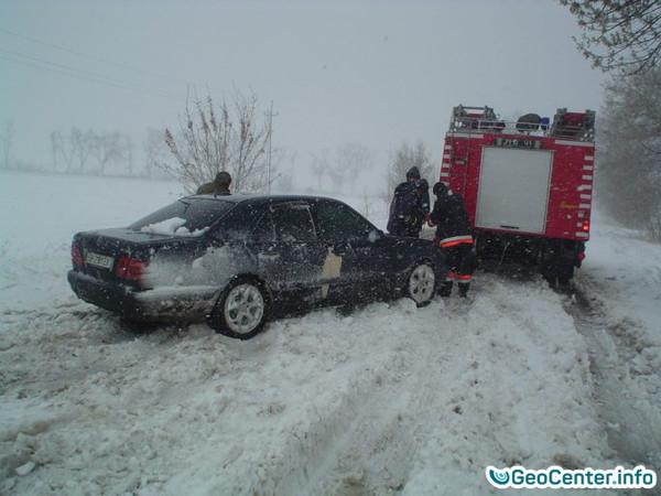 Спасение людей из снежных заносов на дорогах в Одесской области