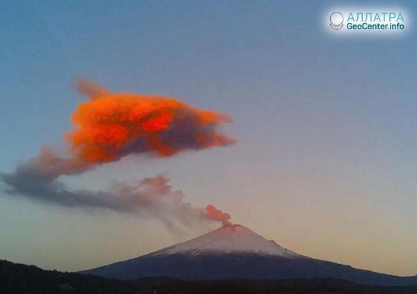 В Мексике вулкан Попокатепетль совершил выброс пепла и газа, октябрь 2018 г.
