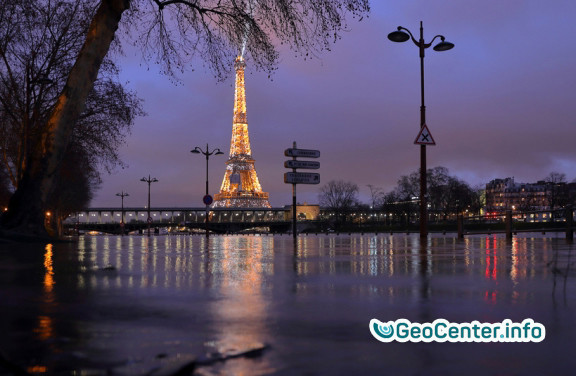 Париж. Франция. Сена вышла из берегов