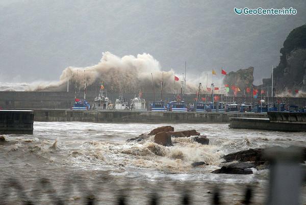 В Китае готовятся к удару двух тайфунов: на острове Хайнань объявлено «красное» предупреждение