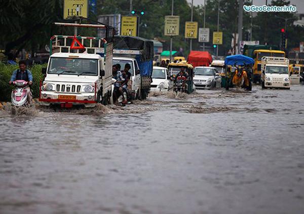 Наводнения и сотни разрядов молний в Индии, июль 2017 года